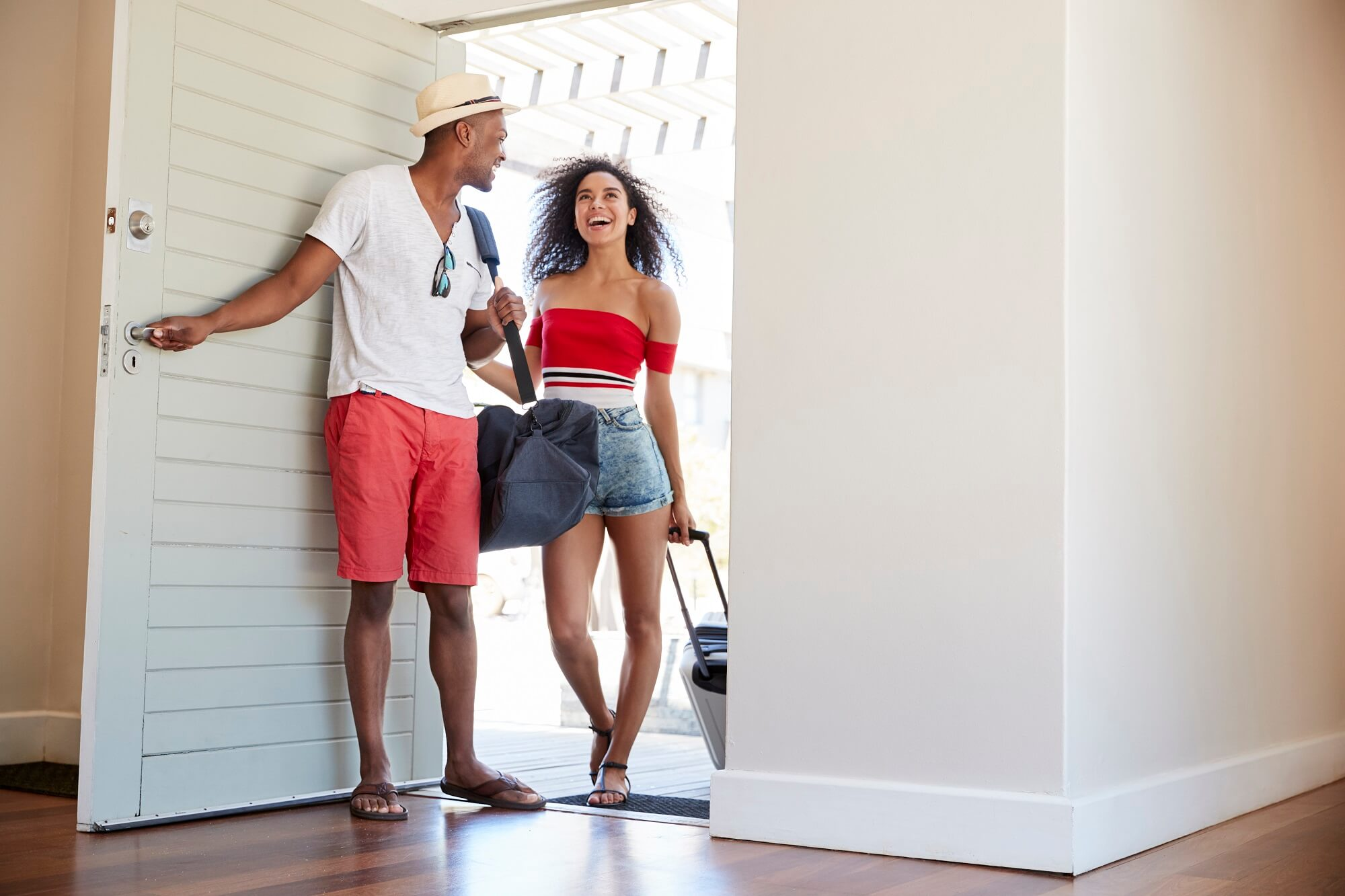couple arriving at summer vacation rental PDXC583 1